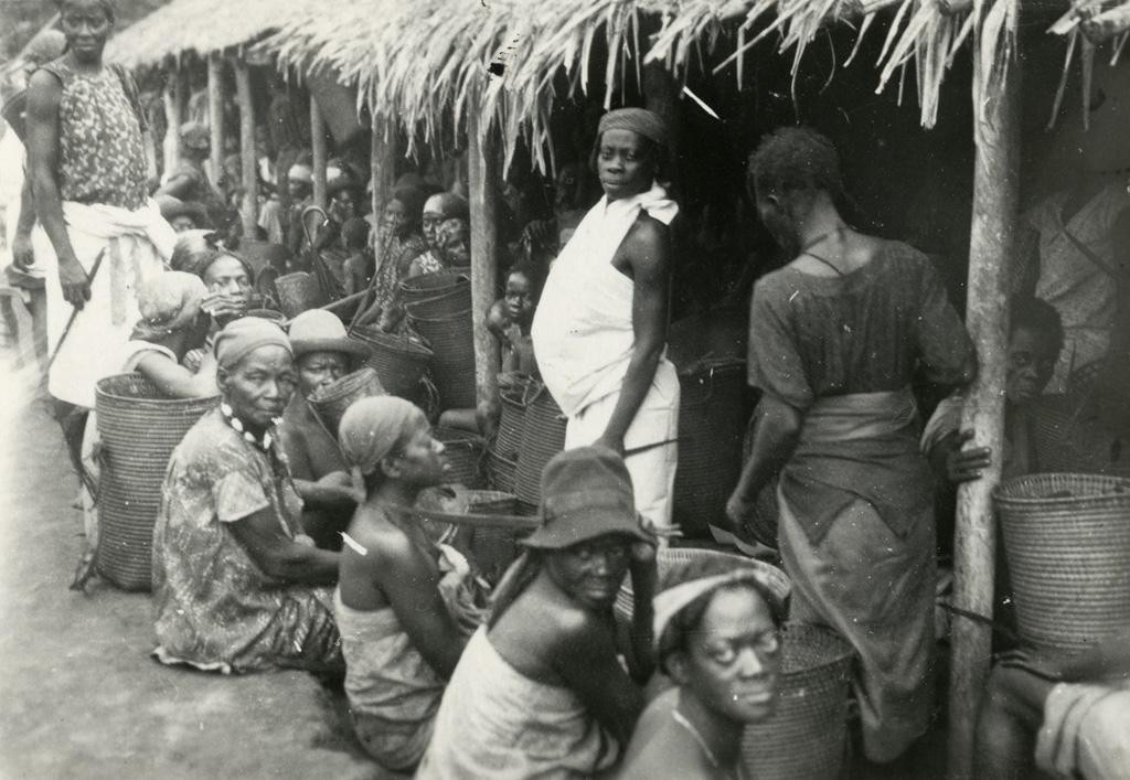 Avant le service du matin, groupe de femmes n'ayant pu trouver place à l'intérieur