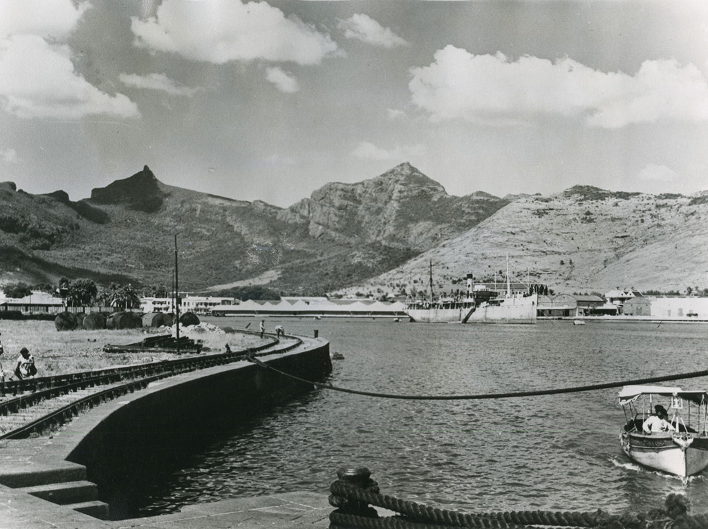 Baie de Port-Louis, capitale, centre de l'industrie et du commerce / non identifié (1940/1970)