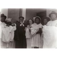 Baptême de Catherine Brutsch et de quatre autres petits enfants africains par le pasteur Jocky