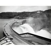 Barrage de Kariba sur le Zambèze. Il retient le plus grand lac artificiel du monde pour un équipement hydro-électrique