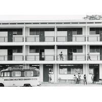 Bâtiment du collège Alfred Saker, avec un car