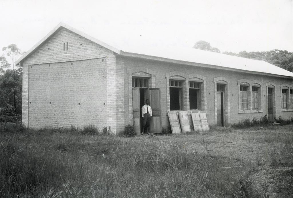 Bâtiment scolaire et le pasteur Rakotozafy