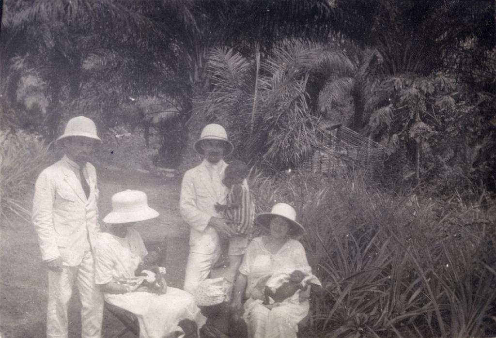 Bébés noirs orphelins recueillis par les dames missionnaires de Yabassi