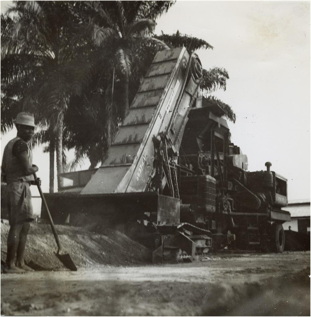Bitumage des rues à Douala / non identifié (1950/1970)