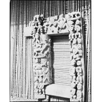 Cadre de porte sculpté à Bazou