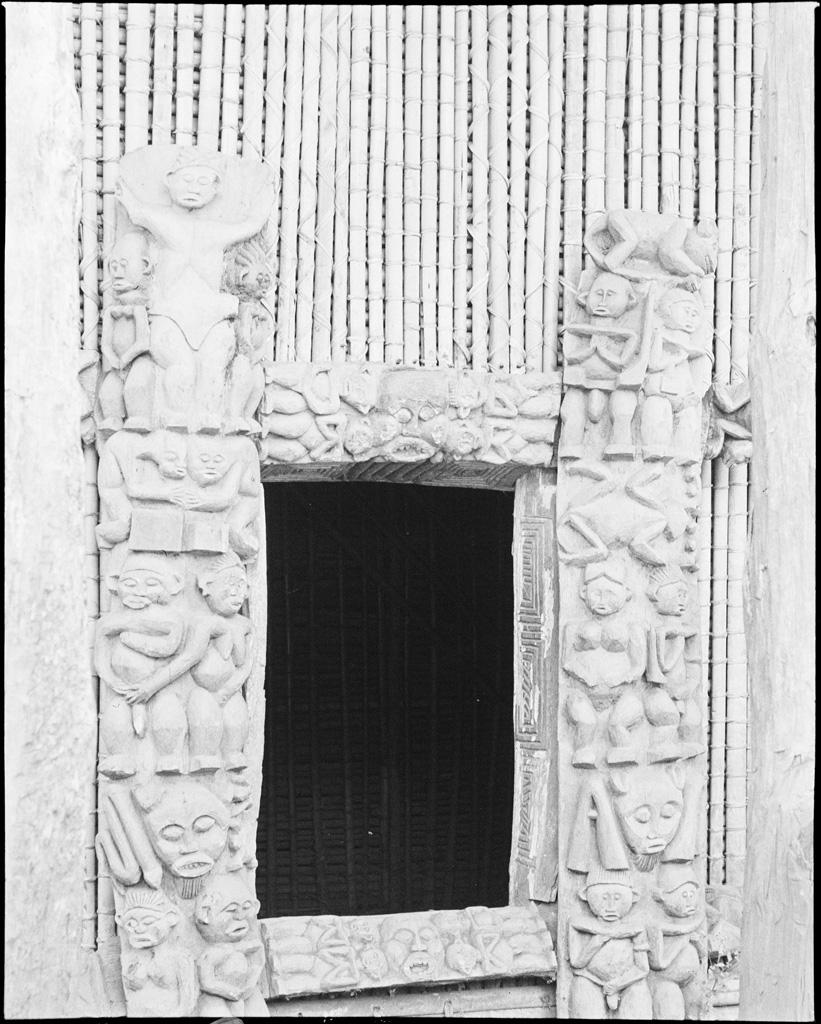 Cadre de porte sculpté