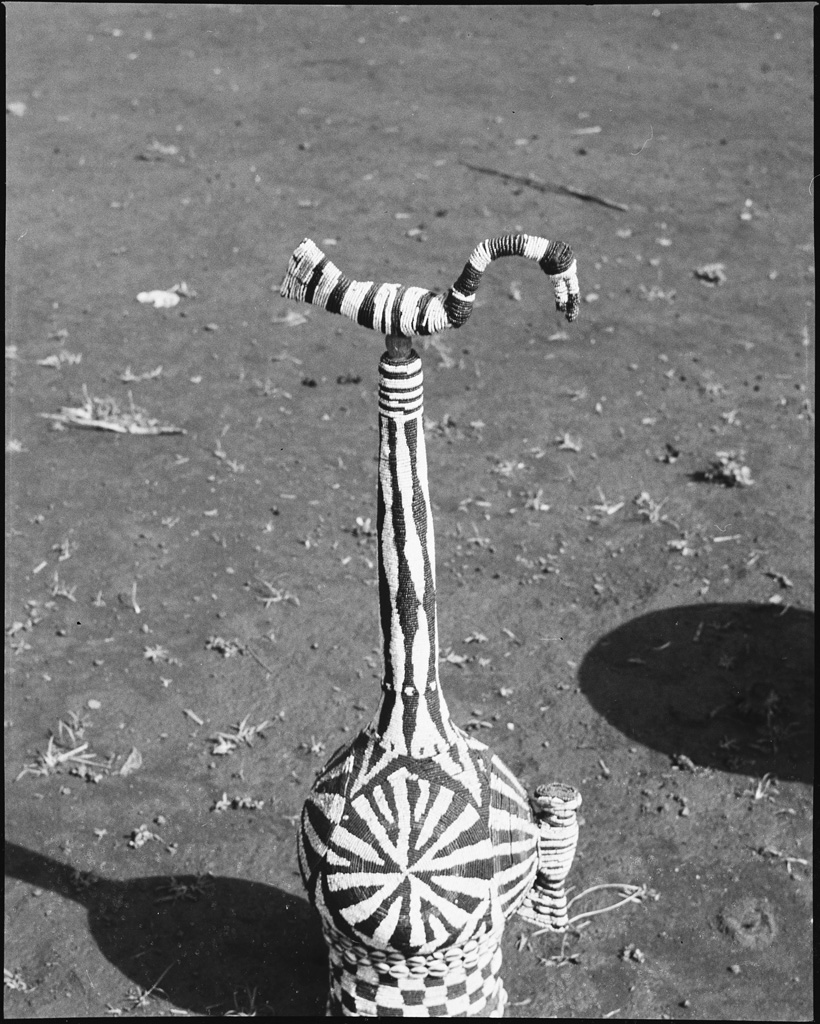 Calebasse recouverte de perles, bouchon surmonté d'une figure d'oiseau