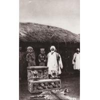 Cameroun, Le Sultan de Foumban devant son trône en perles de verre de différentes couleurs
