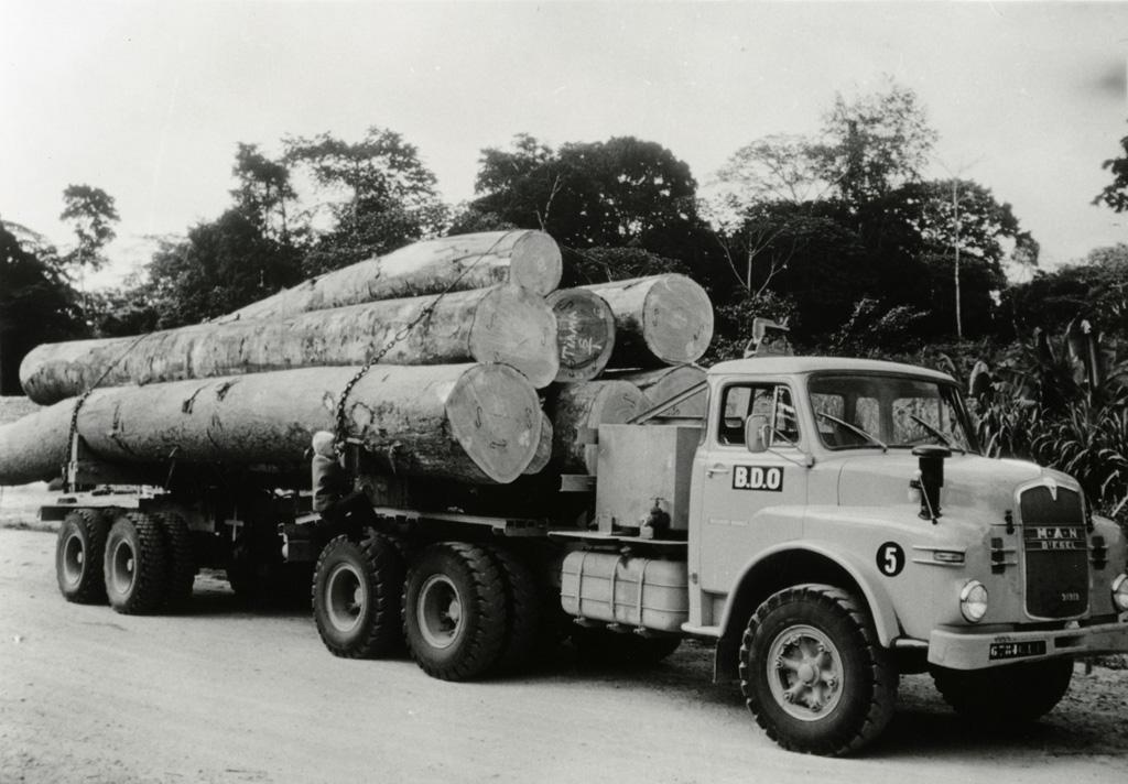 Camion grumier, le Gabon est un gros producteur d'okoumé