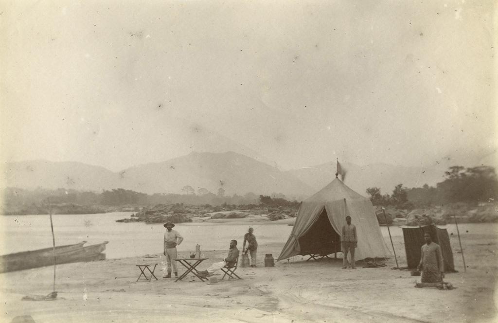 Campement en pays okanda / non identifié (circa 1890)