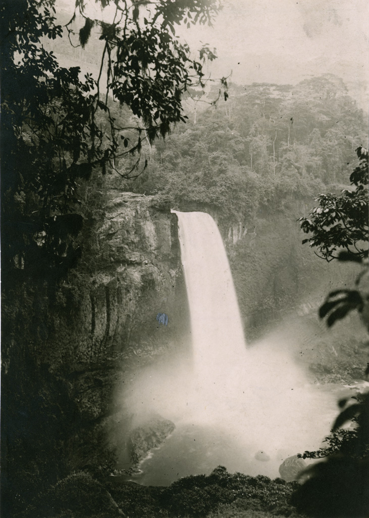 Cascade dans la forêt, chutes d'Ekoma
