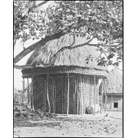 Case de la place de la chefferie de Bazou