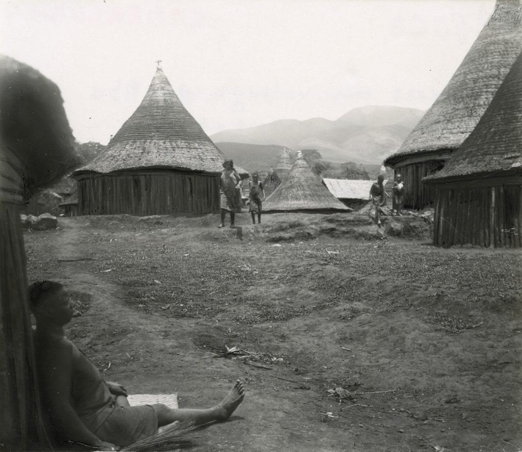 Cases du village de Mbo dans les montagnes, village de chef