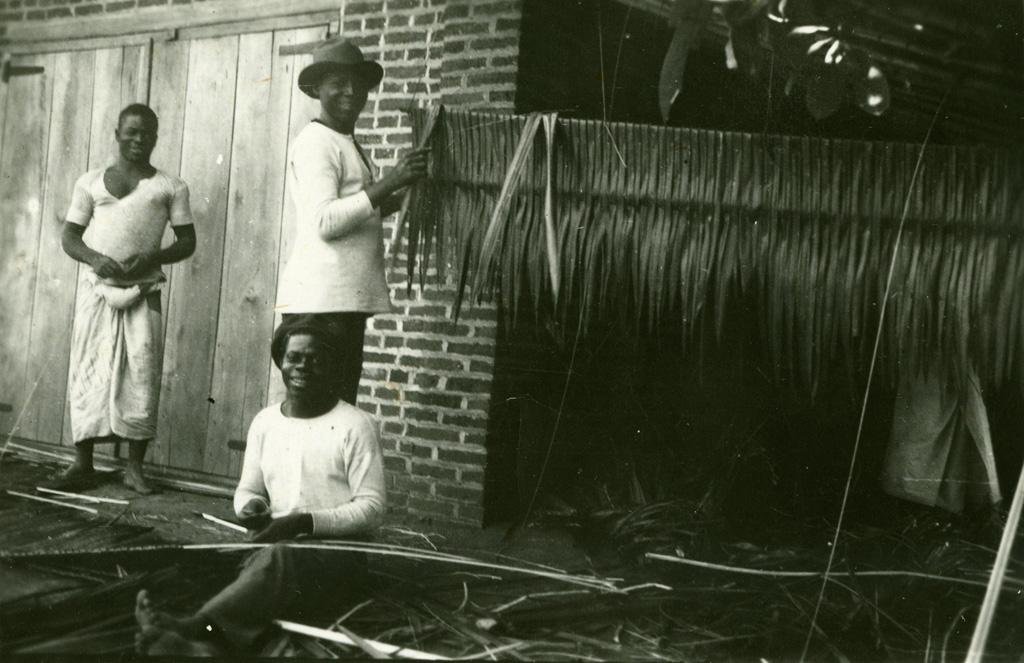 Catéchistes fabricant des pailles