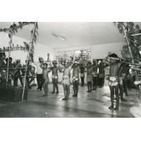 Centre éducatif de Moria. Les élèves du centre jouent devant M. le Gouverneur de la Polynésie Française