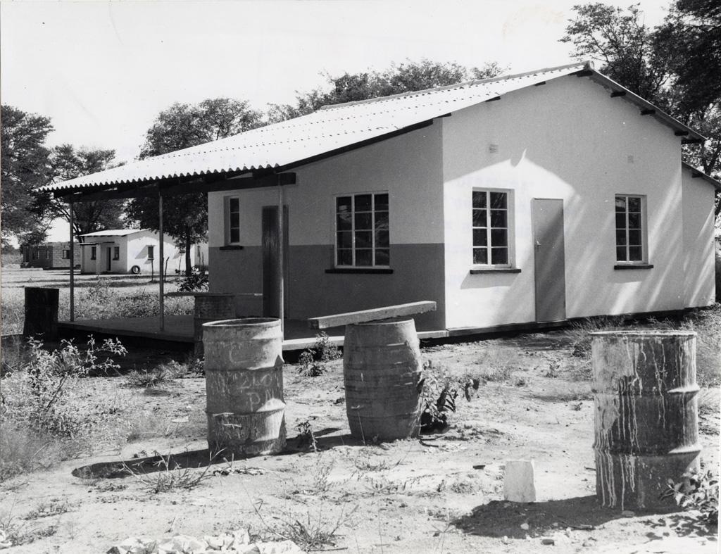 Centre rural de la Santé de Mambora, environ 77km à l'ouest de Livingstone. Il est un des six centres ruraux de la Santé construits pendant les 18 mois du plan de développement et dessert 12 villa