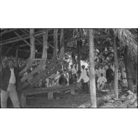 Cérémonie du premier clou planté dans un bateau en construction, au chant des cantiques, Maupiti