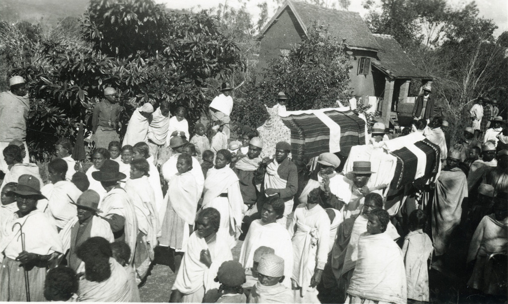 Cérémonie païenne malgré les croix des linceuls du retournement des morts
