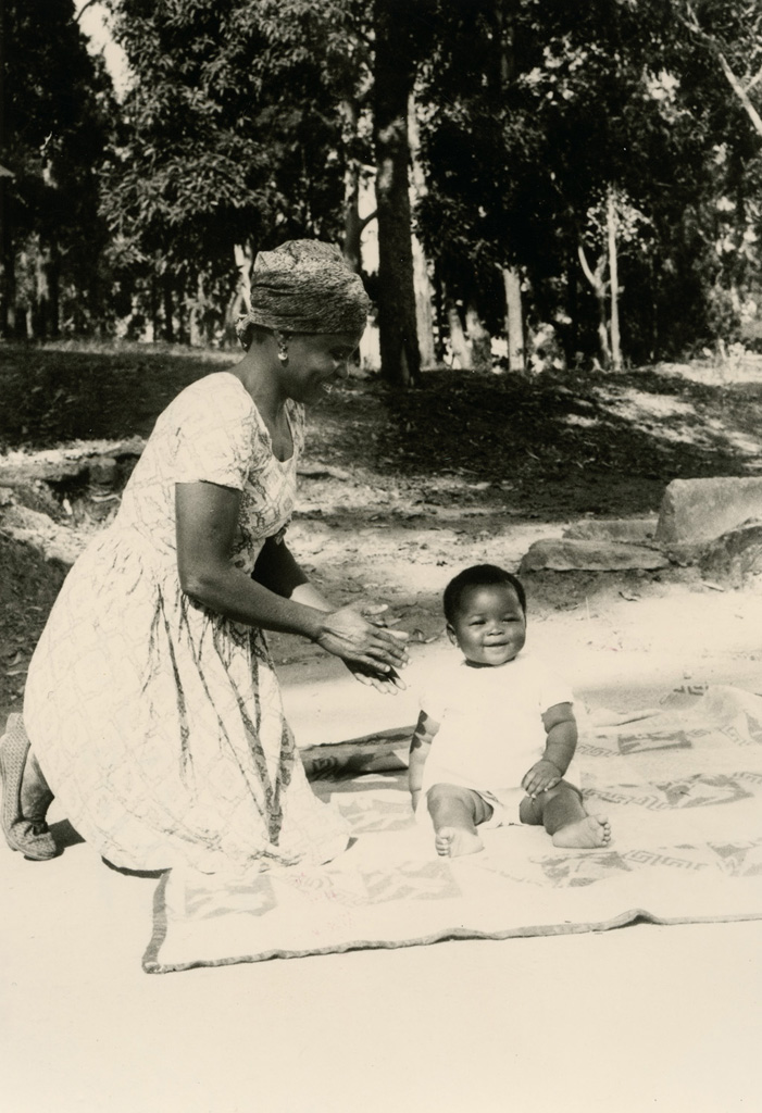 Cette mère joue avec l'enfant de sa co-épouse qu'elle a adopté