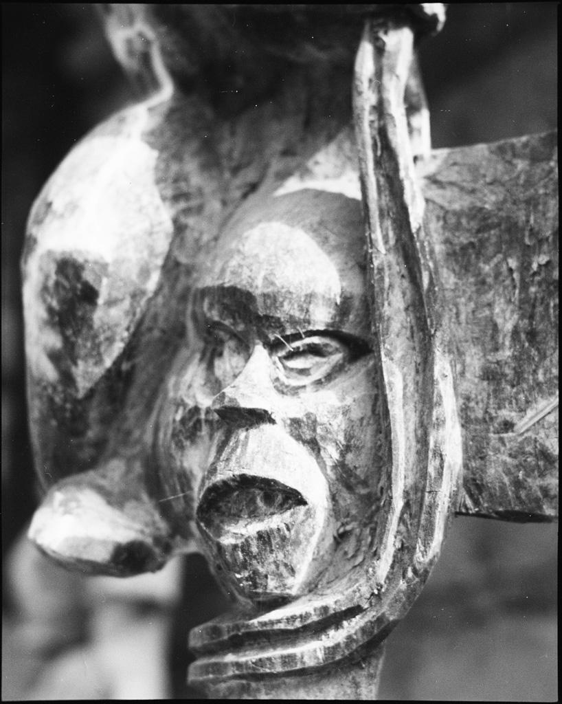 Chambranle en bois sculpté