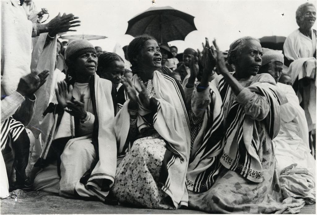 Chanteuses portant des lamba de soie et des bonnets de laine dans la région Betsileo