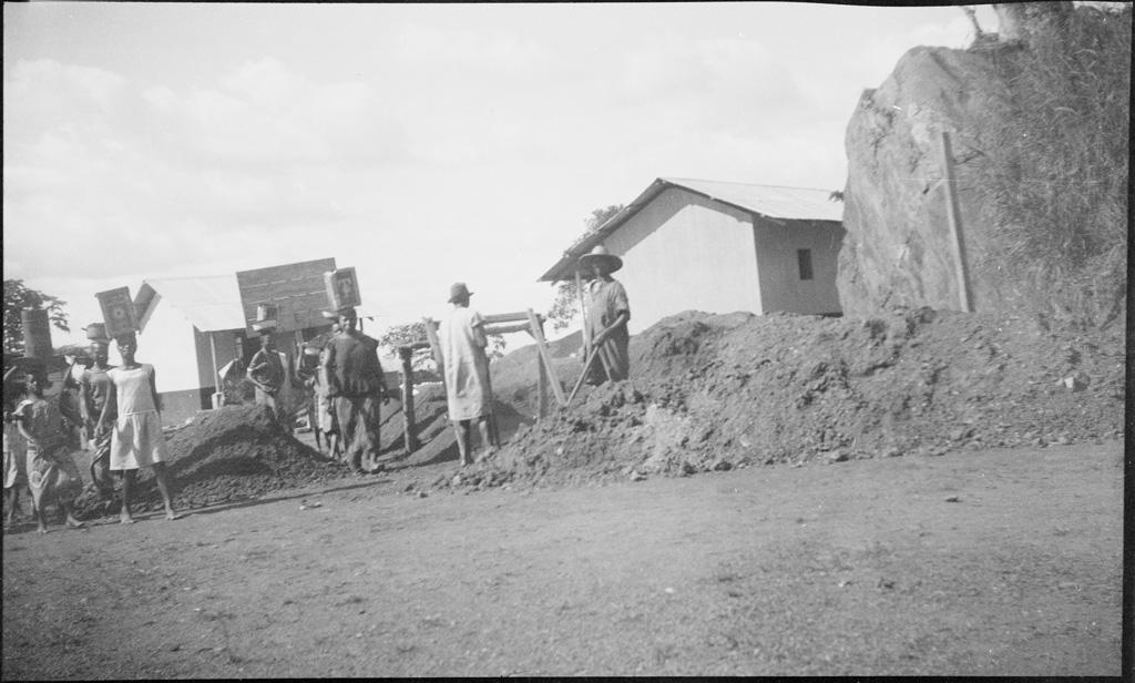 [Chantier de construction à la station missionnaire d'Agou]