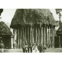 Chef Bamileke devant sa case
