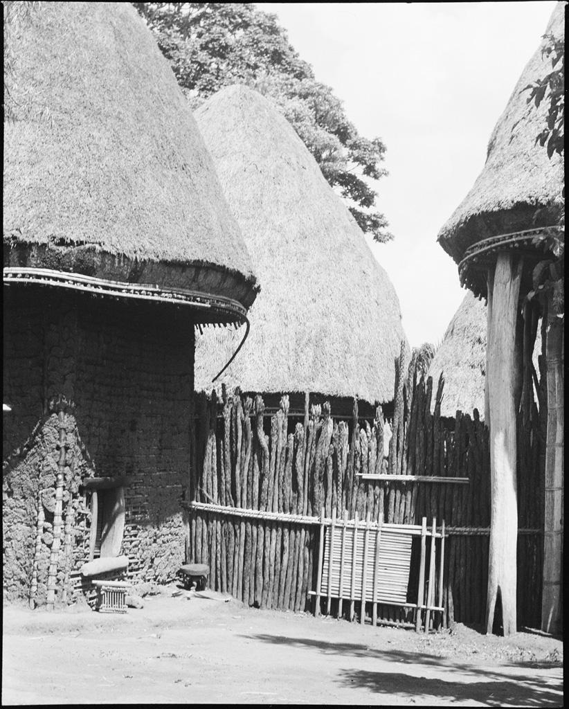 Chefferie Bamiléké, cour intérieure à Baschingou