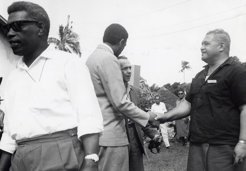 Chefferie de Mou, le chef Boula accueille ses invités le jour du Lundi de Pentecôte