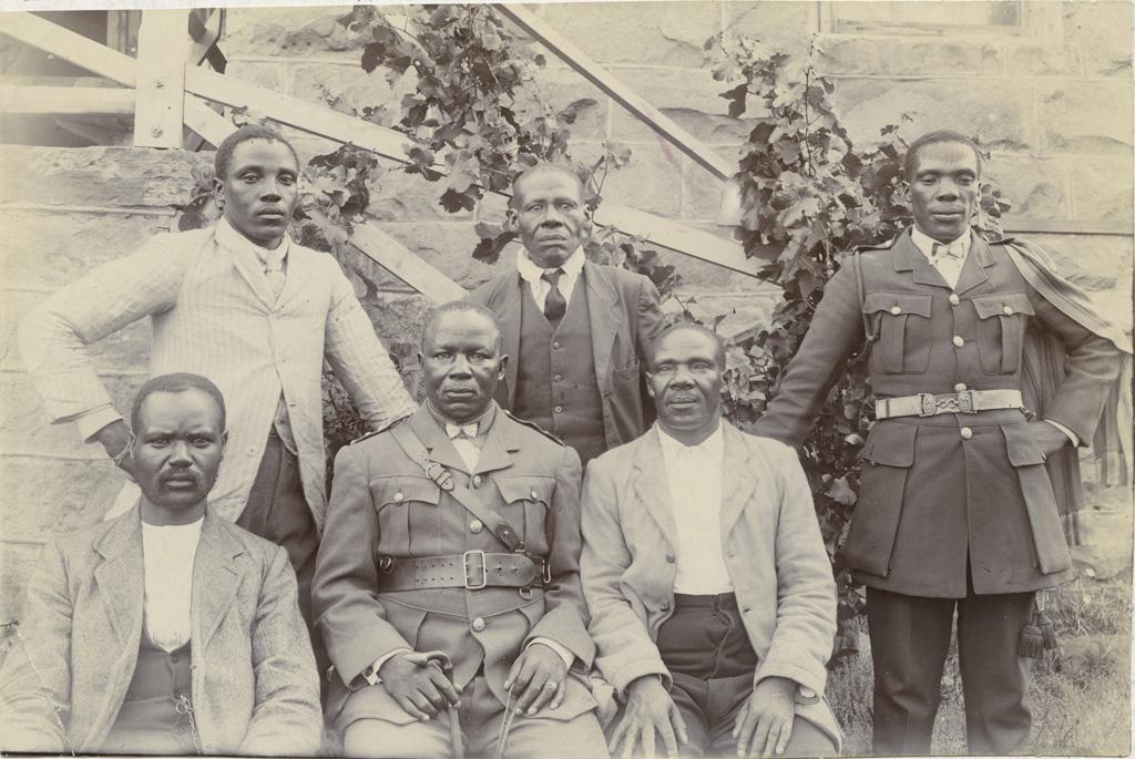 Chefs Bassouto. Deux d'entre eux servent dans les armées alliées