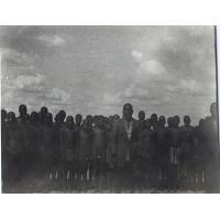 Chez Lefue, l'instituteur Elia et les élèves