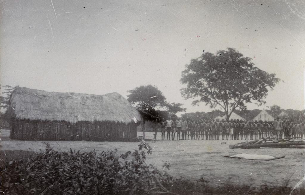 Chez Mokutulu, élèves à côté d'une construction