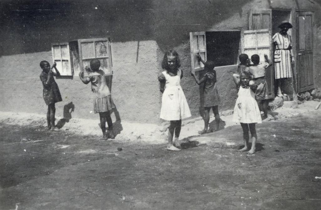 Cinq punies de corvée pour gratter la chaux des vitres de la salle de jeux de Bangangte