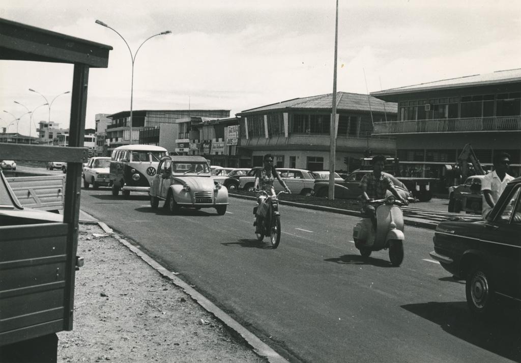 Circulation dans une rue de Papeete