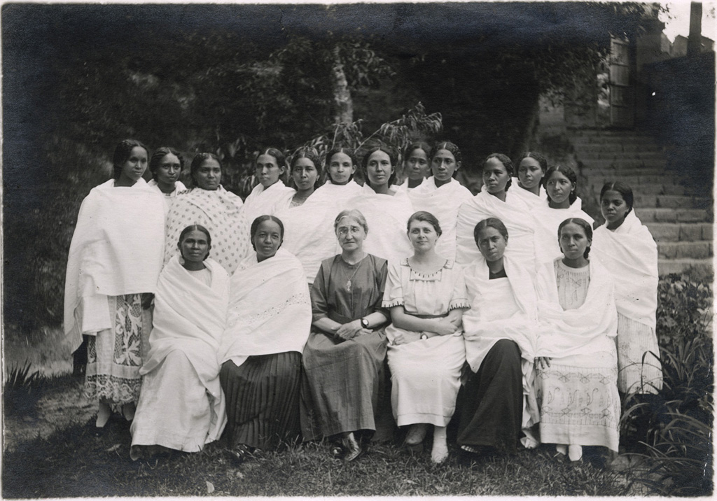 Comité de l'association des anciennes élèves de l'école de filles avec Mademoiselle Vidil