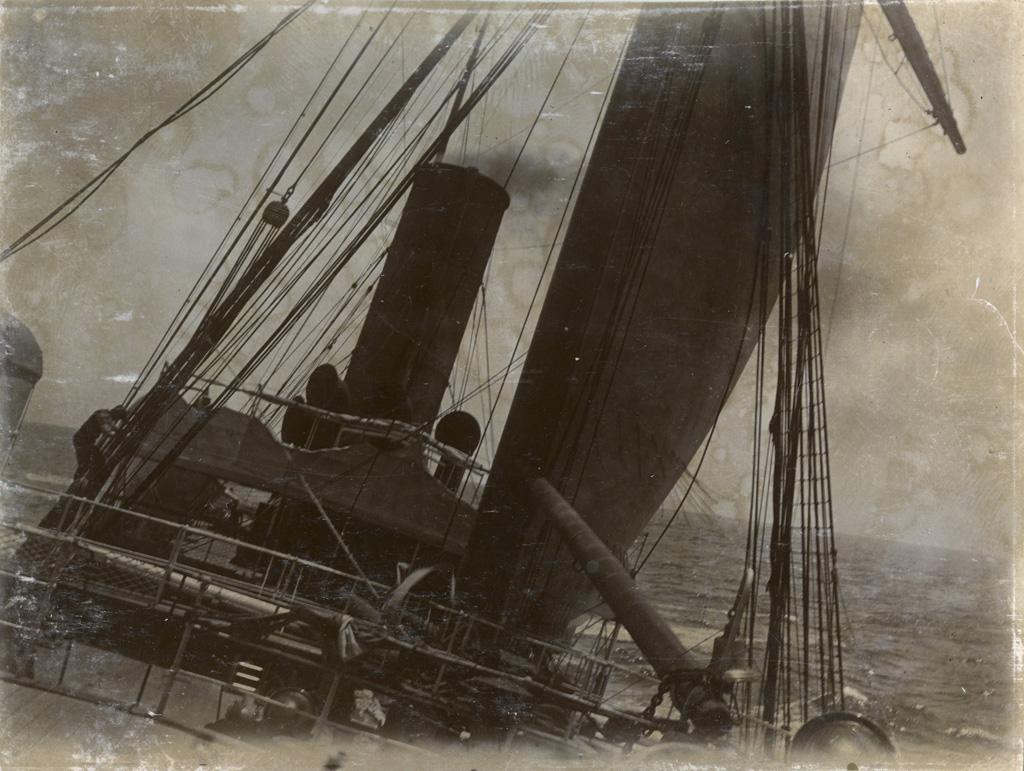 Commencement d'une tempête, le bateau tangue