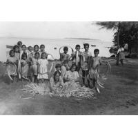 Confection d'un peue (natte) et d'un chapeau, île de Maupiti