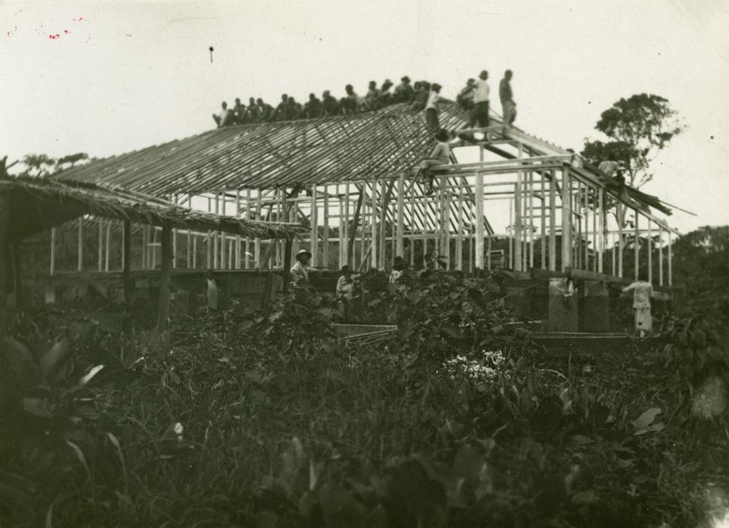 Construction de la première maison missionnaire