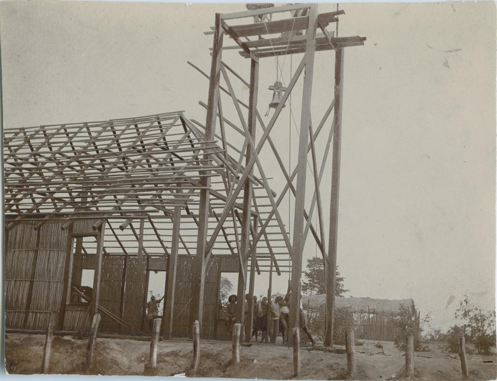 Construction du clocher de l'Eglise de Lukona