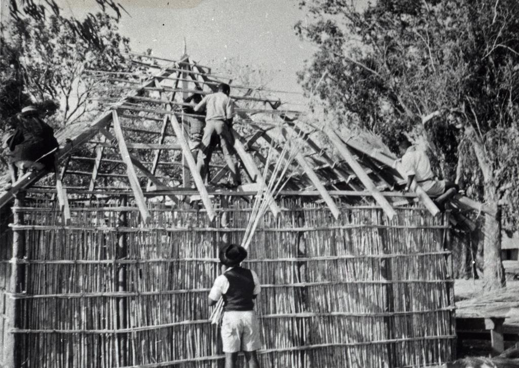 Construction du toit de la maison de l'évangéliste par les responsables de jeunesse de Libonda