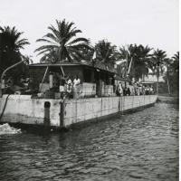 """Courrier fluvial """"Avanga"""" sur l'Ogooué, barge de débarquement allemande"""
