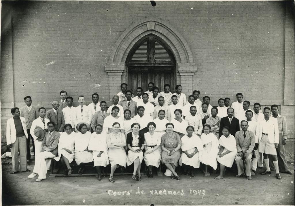 Cours de vacances, instituteurs et institutrices malgaches brevetés autour de Mme Galissot et du corps enseignant