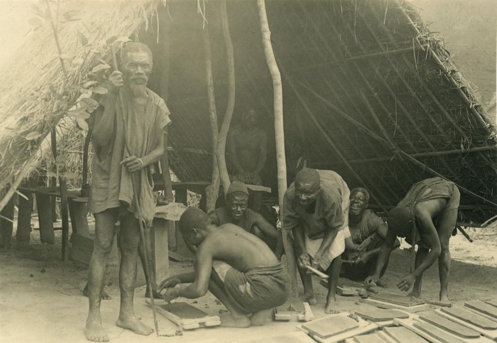 Dans la briqueterie, industrie introduite par la mission protestante