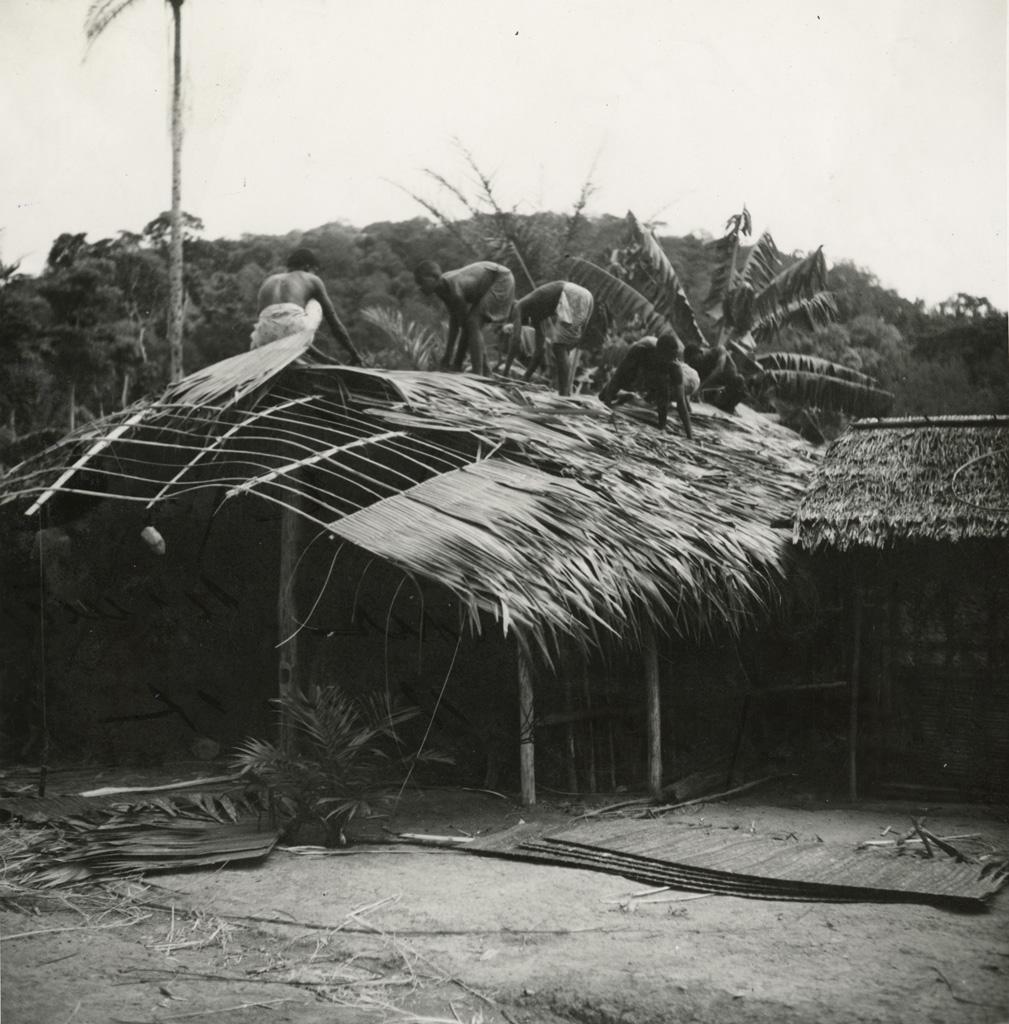 Dans un village Nitsoga, construction de la case du corps de garde où se réunissent pour discuter les chefs de villages et notables