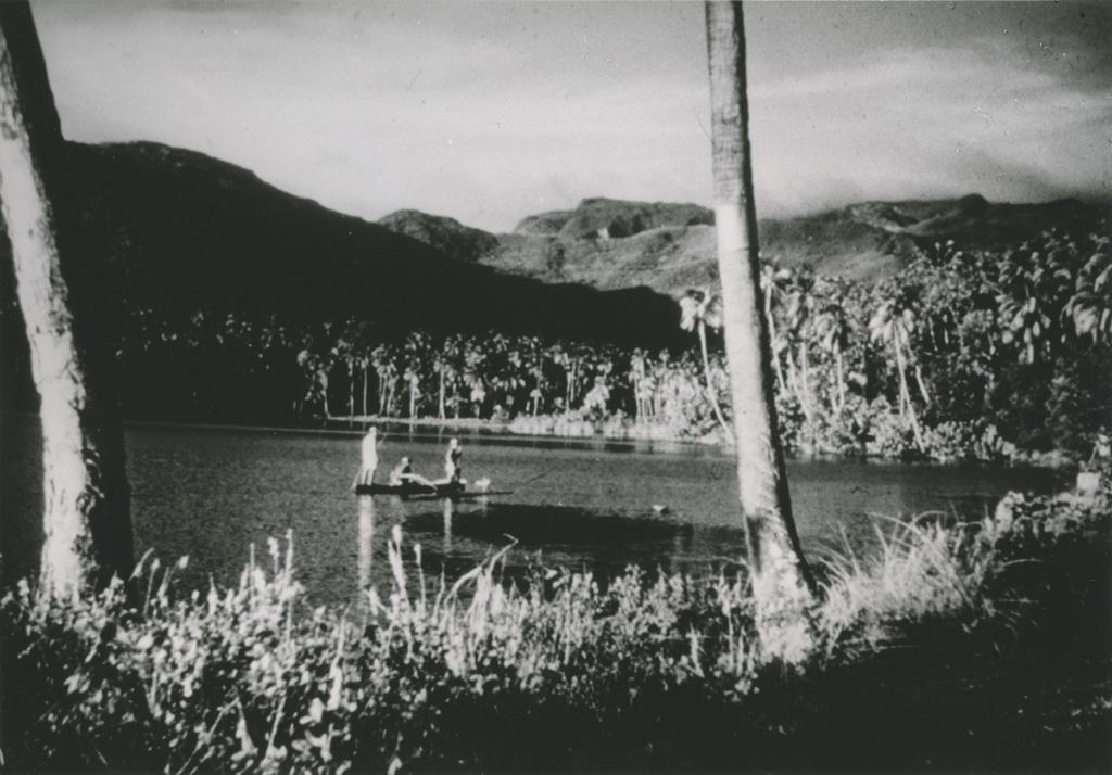 Dans une baie paisible, tout près d'Uturoa, des pêcheurs dans leur pirogue à balancier