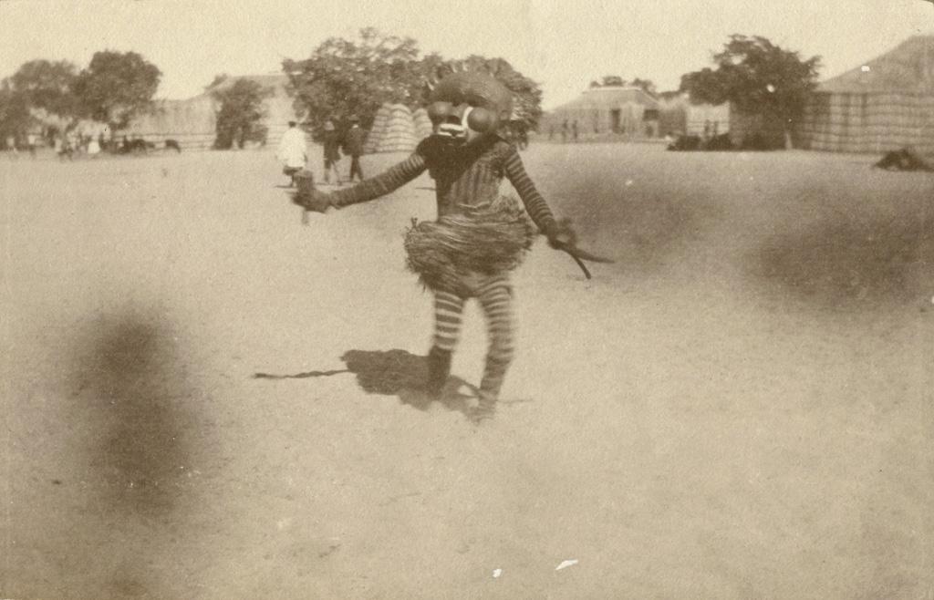 Danseur portant un masque Likishi