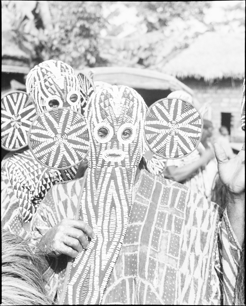 Danseurs Nzu, masques de perles, veste de Batik