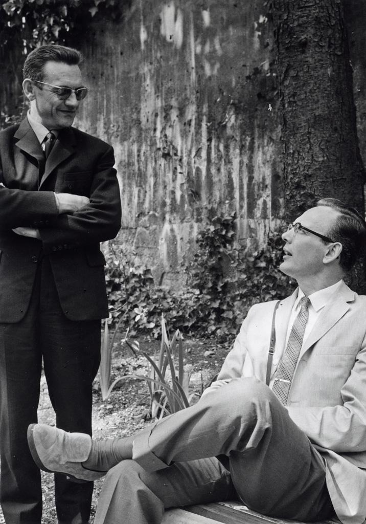 De gauche à droite : Michel Rousseau, responsable du Service financier Mission de Paris et le Rev. Garth Legge de l'UCZ