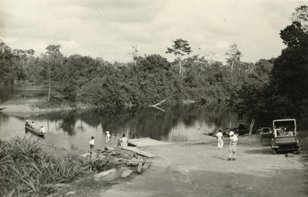 Débarcadère, un bac dans la forêt de Woleu-Ntem
