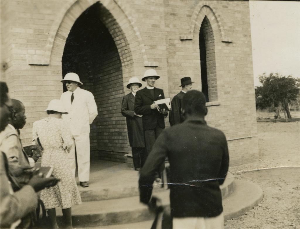 Dédicace de l'église de Limulunga : A l'entrée, le commissaire de province, Gordon-Read et les missionnaires Adolphe Jalla et Samuel Seguin